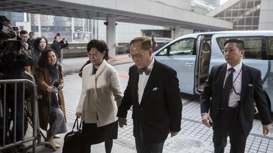 曾荫权在夫人陪同下到达香港高等法院