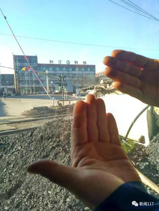 钢铁厂门口铁道工人的手永远是黑乎乎的,洗不干净。