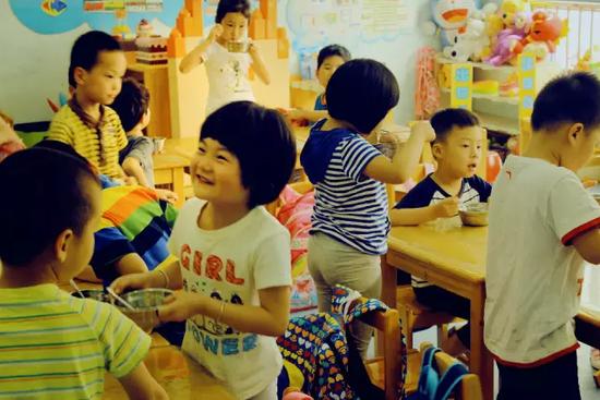 杭州天长小学的东坡路校区是新装修过的,整幢楼都是密闭的,统一装上了空气净化设备。