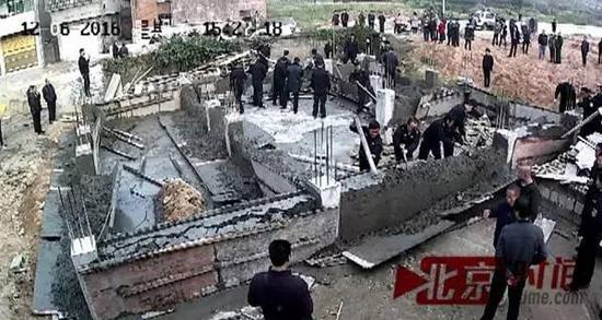 在资溪县副县长吴辉文的批示下,二十多名城管队员将方才浇好的混凝土墙体推倒