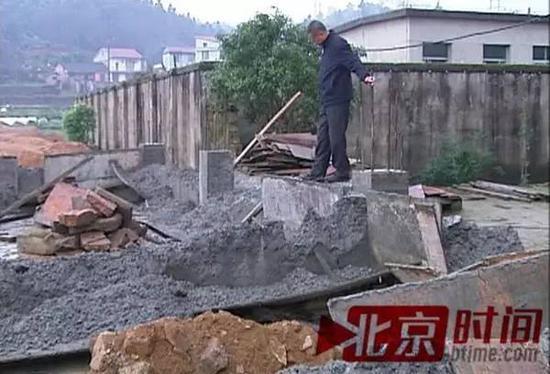 老徐检察被毁的屋墙