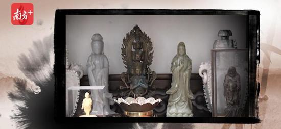 蒋尊玉家中佛堂摆放着十几尊佛像。