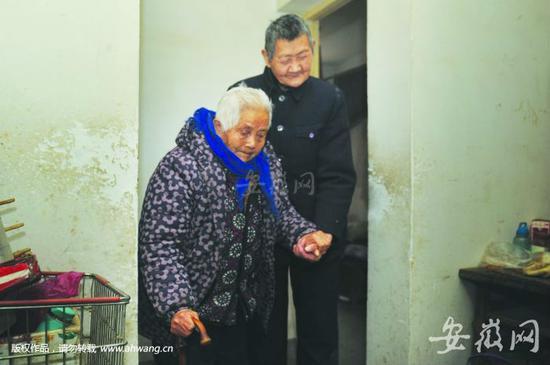 九旬老母是刘正涛的眼睛,牵引着他行走,刘正涛是母亲的耳朵,帮她倾听。