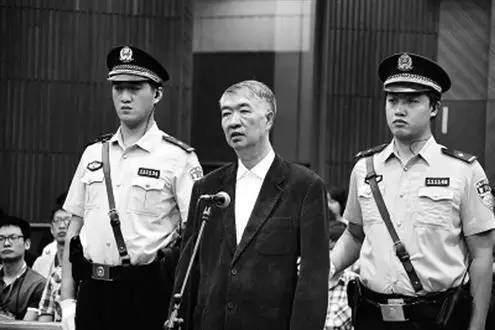 图为云南省原副省长沈培平因涉嫌受贿1600余万受审。