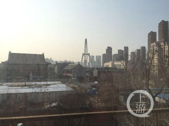 从赵帅家的阳台望出去,天津之眼近在咫尺。