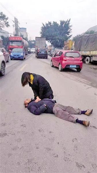 女医生跪在地上做胸外按压急救。 万州微发布供图