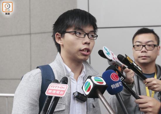 """""""香港众志""""秘书长黄之锋在香港警察总部外向媒体传话/来源:东网"""