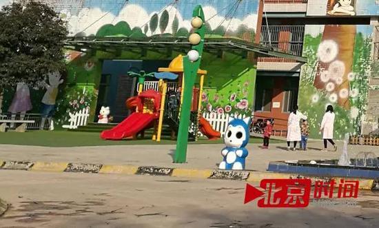 渭南市儿童福利院,几名老师带孩子玩耍 图/北京时间古鲁