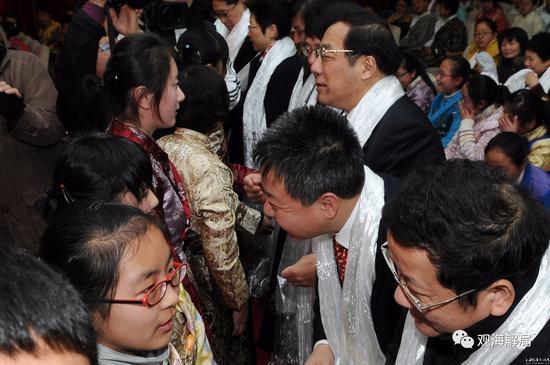 (西藏班学生向杨晓渡献哈达)