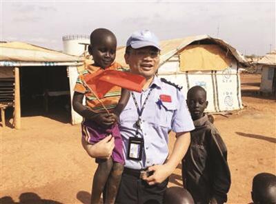 维和队员与当地的孩子友好相处。