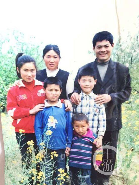 吴春红一家,其中最右男性为吴春红。