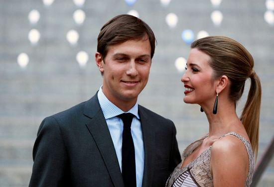 """美国候任总统特朗普1月9日宣布,任命其长女伊万卡的丈夫贾里德库什纳为白宫高级顾问。特朗普说,这一职位将是政府中""""一个关键的领导角色""""。 这是2012年4月17日贾里德库什纳(左)与伊万卡在美国纽约出席特里贝卡电影节活动的资料照片。新华社/路透"""