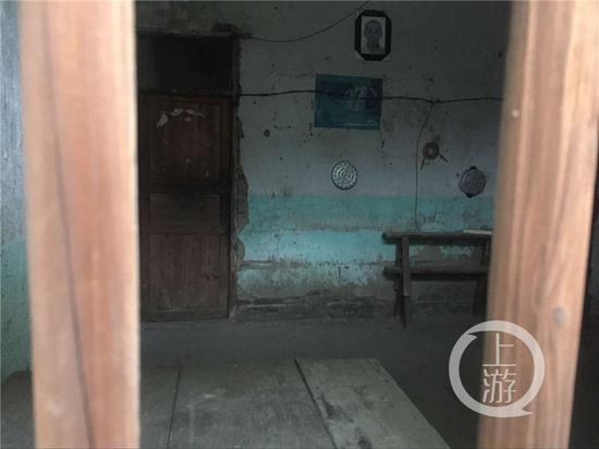 吴波的家中陈设简陋。