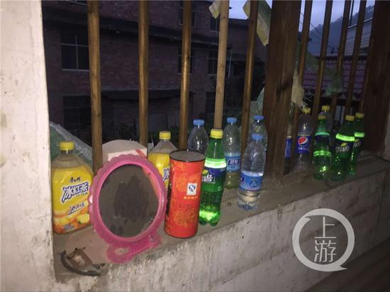 吴波家中的窗台上放满了饮料瓶。