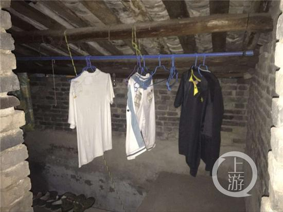 吴波家中的二楼,仍挂着他夏天的衣服。