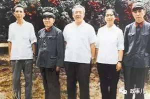 1980年习仲勋(左三)、齐心(左四)与张勋甫(左一)在深圳