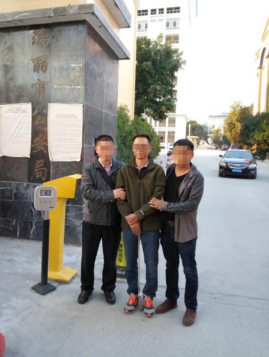2017年1月5日下午,叛逃21年的头等嫌犯陈恂敏在云南瑞丽被警方捕获。广州警方供图。