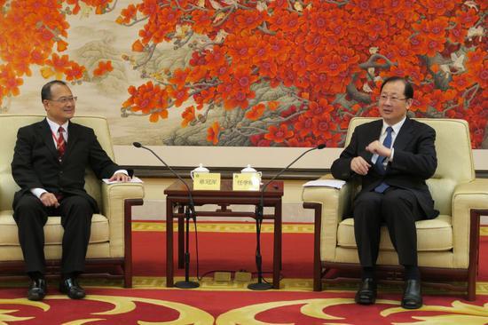 广州市委书记任学锋(右)向蔡冠深带领的中总访问团介绍广州市的发展 受访人供图