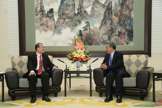 中央政治局委员、广东省委书记胡春华(右)会见蔡冠深会长 受访人供图