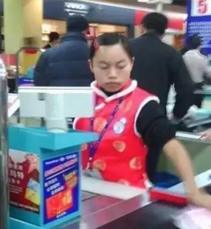 ▲罗玉凤走红前在一家超市做收银员