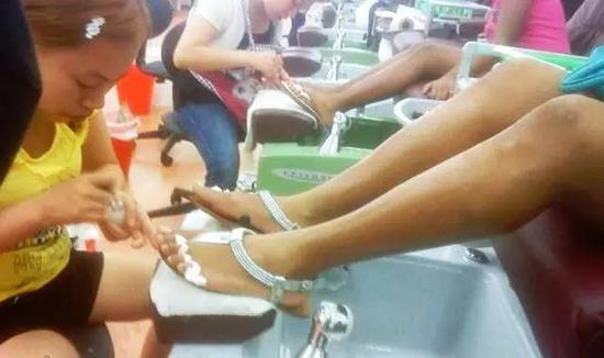 ▲网友拍摄到罗玉凤在美国一家美甲店工作