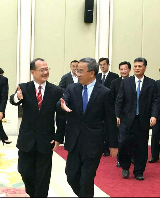 中央政治局委员、广东省委书记胡春华入场,蔡冠深会长(左)陪同  受访人供图