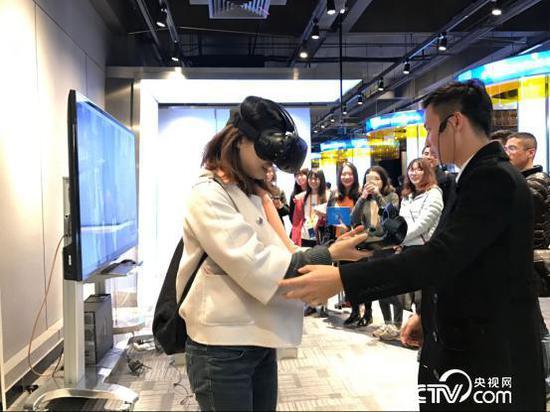 带上VR体验高空援救。