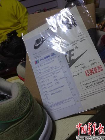 安福电商城内的小区,一户商家摆出了高仿鞋与提前打印好的小票。中国青年报·中青在线记者 卢义杰/摄