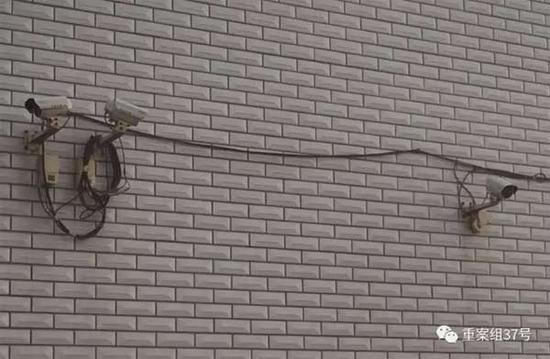 2017年1月11日,天津独流镇,一家生产假酱油村民家,门口仅一堵墙外就装了三个摄像头。