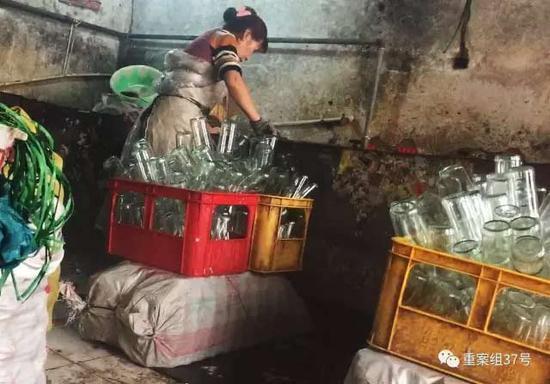 相关产业一条龙服务 2017年1月7日,天津独流镇,一个隐蔽大院的一间房子内,女子正在水池边洗瓶装调味品的瓶子。