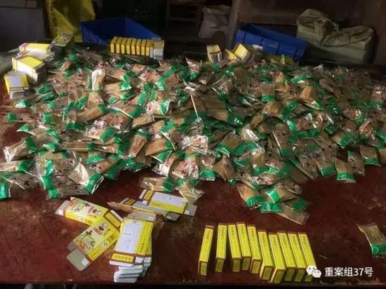 2017年1月11日,天津独流镇七堡村河北一条的一村民家中,罐装好的假十三香小袋装,等待工人往单包装纸盒里装。