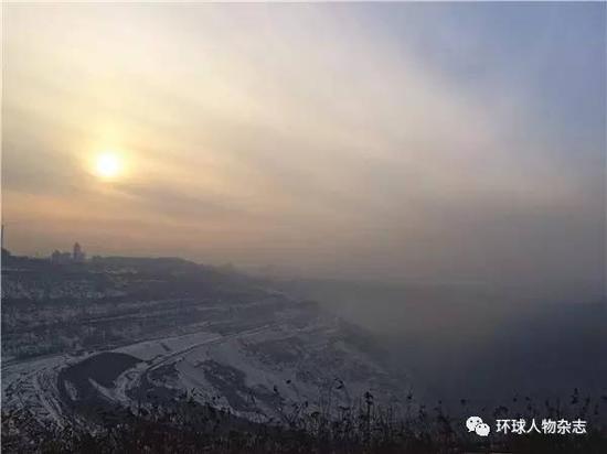 王振海曾见证了抚顺煤矿产业的鼎盛时期。图为抚顺西露天煤矿。(本刊记者朱东君摄)
