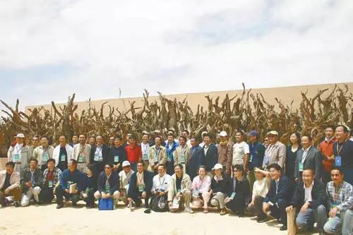 �2004年SEE协会成立,参会企业家在枯死的梭梭树前合影