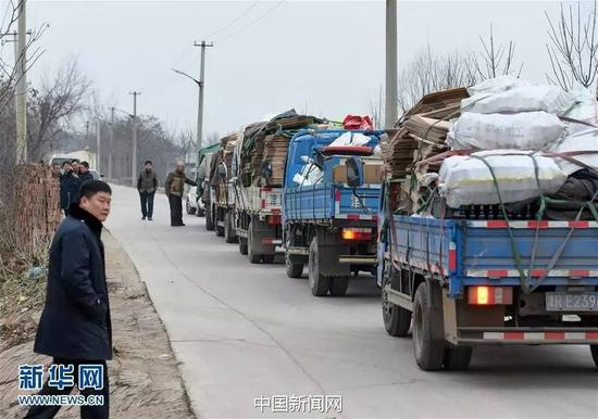 1月16日,执法人员在一处生产假冒酱油的窝点查处的涉案物资装满了五辆货车。