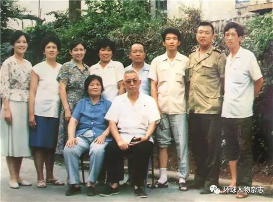 王振海夫妇同子女合影,后排右二为王建平(资料图片)。