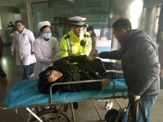 图为罗女士抵达医院