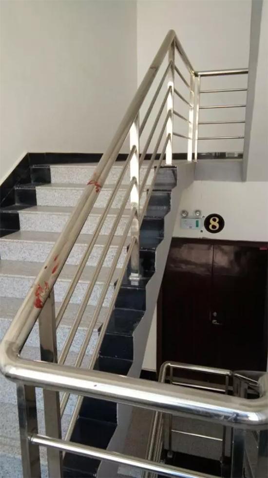 从8楼通往9楼的楼梯扶手上的血迹。图片来自网络