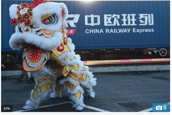 ▲現場舞龍舞獅表演歡迎列車進站,也讓英國群衆大飽眼福,體驗了一把中國文化。
