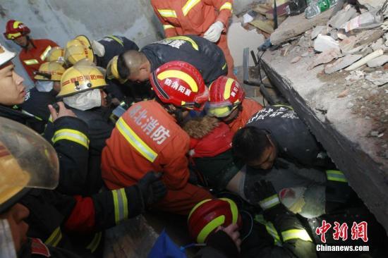 1月20日晚7时30分,湖北襄阳市南漳县城关镇便河村海市蜃楼酒店背后出现山体崩塌,导致酒店部分建筑垮塌。 消防供图