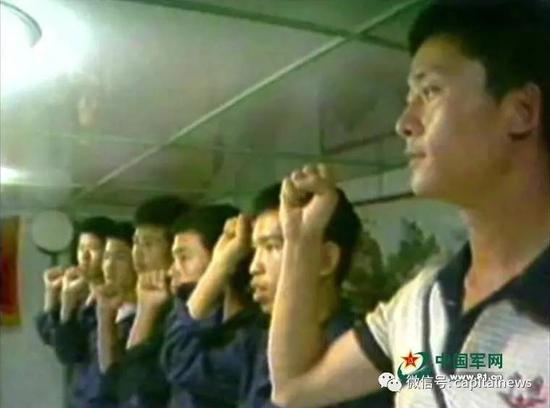 当年的海战前,杨志亮与战友们一起宣誓。(录像画面截图)