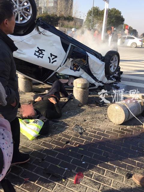 交警执勤途中遇交通事故殉职 警车被撞四脚朝天