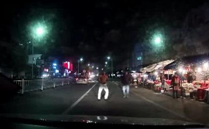 男子冲到马路中间脱裤拦车 撞向车头不肯起来