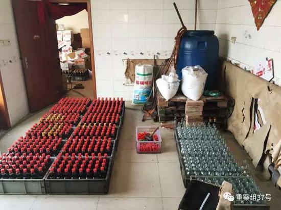 2017年1月11日,天津独流镇,一家生产假酱油村民家中,罐装好还没有贴标签的瓶装假酱油、等待罐装的空瓶子和勾兑假酱油所用的大塑料桶。