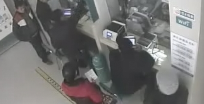 监拍男子持菜刀抢银行 大喊:拿钱给我过年