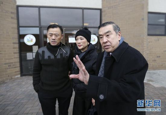 周立波与妻子、律师法院外接受采访