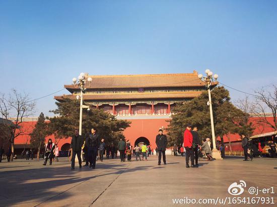 昨天,北京气温回升,故宫游客较多。(来源:微博)