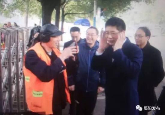 """邵阳市长与环卫工""""套近乎"""""""