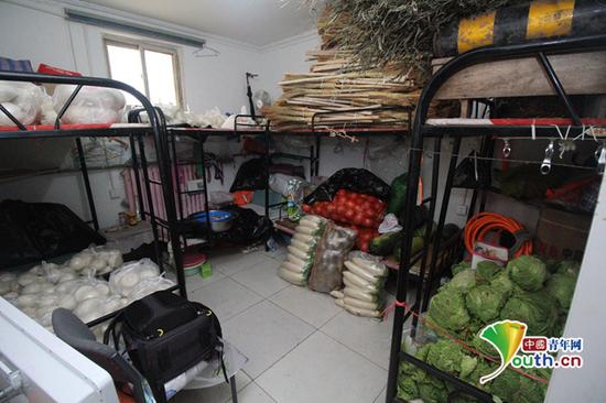 仓库中储存的蔬菜与馒头。中国青年网记者 宋继祥摄