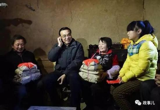 2014年1月27日,农历腊月二十八,李克强到陕西安康旬阳县小河镇金坡村调研。他给还在外打工的农民工杨秀峰通电话,并给其家人带去了糖果、点心、茶叶、麻花等年货。
