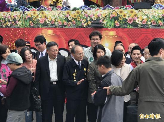 蔡英文与柯文哲等人共同赴关渡宫参拜(图片来源:《自由时报》)